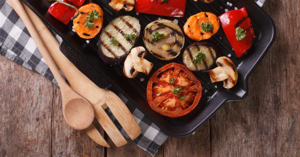 Angebratenes Gemüse in einer Grillpfanne mit schönen Grillstreifen