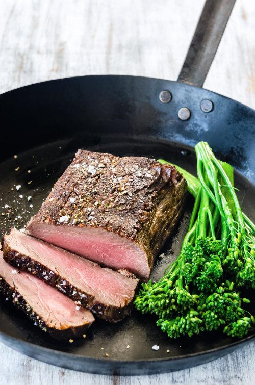 Eisenpfanne mit einem schönen Stück Fleisch und knuspriger Kruste