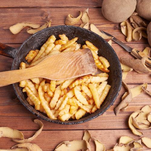 Schmiedeeisernepfanne mit Pommes zur Dekoration