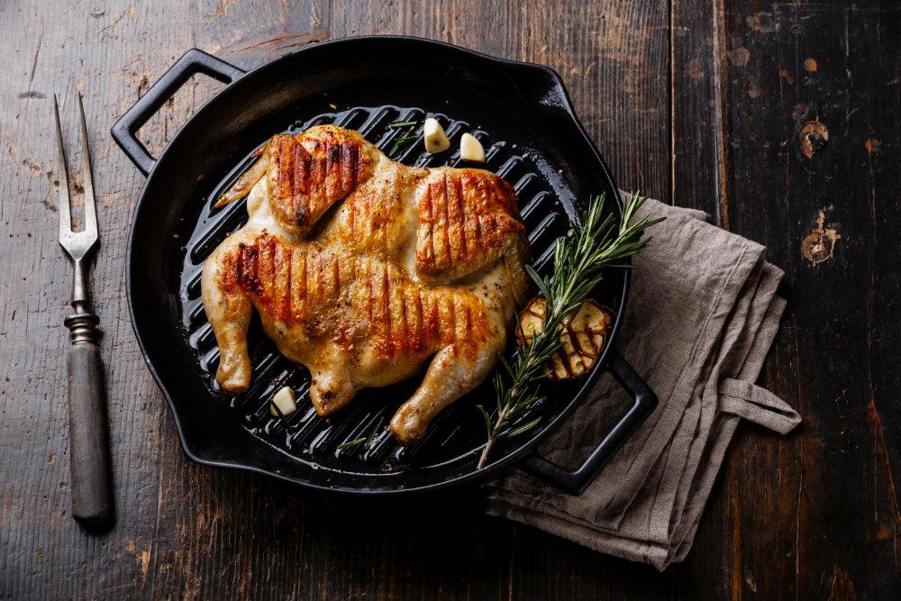 Gegrilltes Hähnchen in einer gusseisernen Pfanne