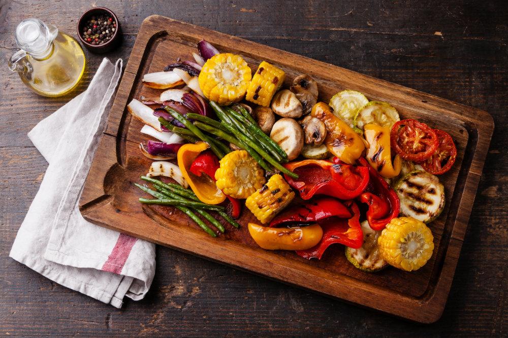 Gemüse vom Grill liegt auf einem Schneidebrett