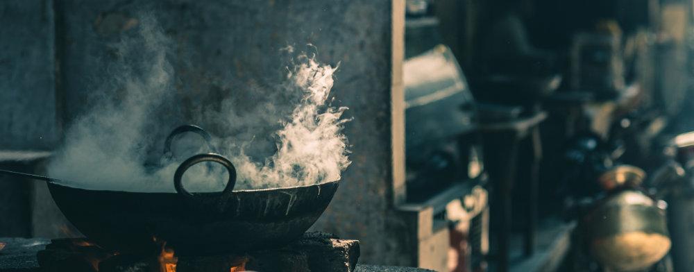 Wok kocht über Flamme