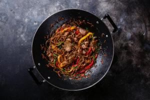 schönes Wok-gericht mit Nudeln und Rindfleisch